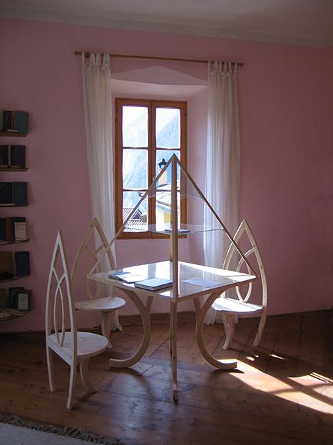 tavolo a piramide con sedie